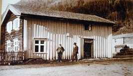 Guesthouse at Dale, innkeeper John O. Dahle standing left